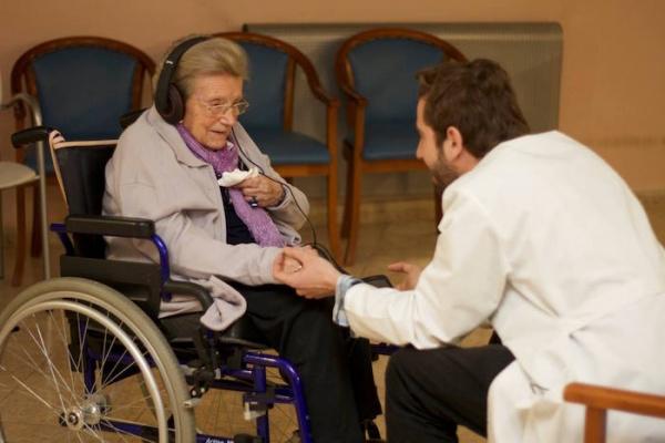 Música para despertar: El maravilloso proyecto para mejorar la vida de los enfermos de Alzheimer [Vídeo]