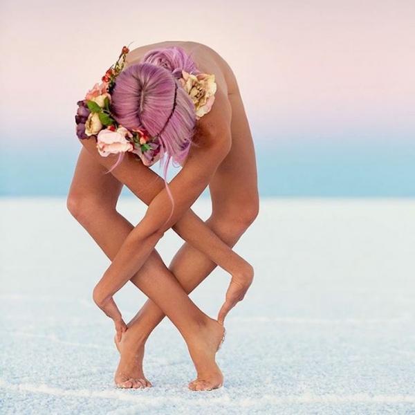 Una estimulante Yogi contorsiona su cuerpo en increíbles posturas para promover la paz interior