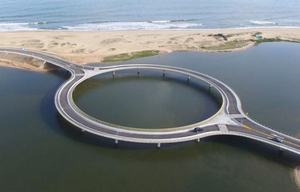 Un puente circular en Uruguay obliga a los conductores a ir despacio y disfrutar de las vistas