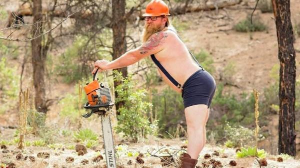 Un bombero barbudo posa como una pin-up para un calendario benéfico
