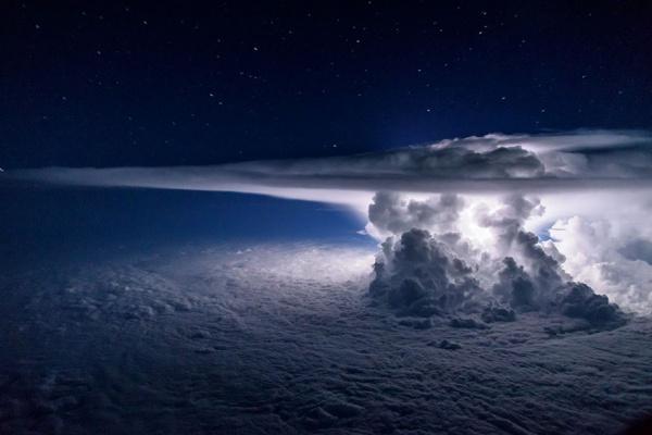 Un piloto fotografía la magia del cielo desde la cabina del avión