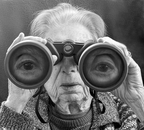 Una mujer de 91 años rememora su vida en una inteligente y surrealista serie fotográfica