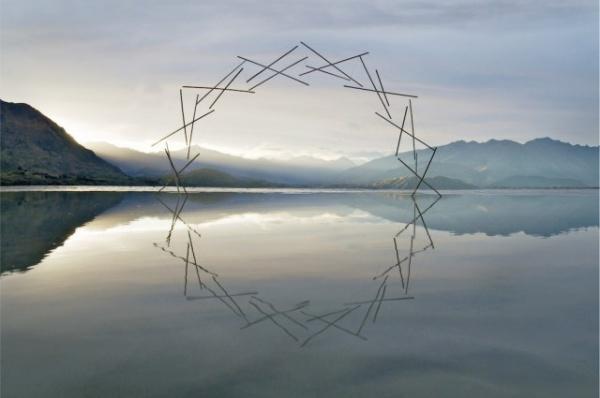 Un escultor crea fascinantes instalaciones artísticas usando sólo la naturaleza