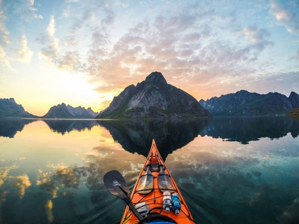 Los impresionantes fiordos de Noruega desde la perspectiva de un kayak