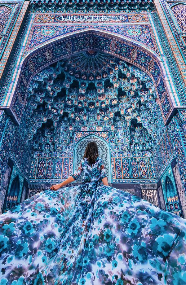 Viaja por el mundo fotografiando mujeres con vestidos en preciosos lugares