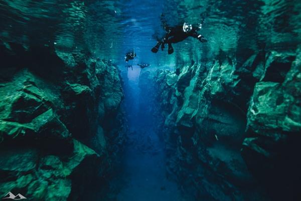 Una inmersión de vértigo entre dos placas tectónicas continentales