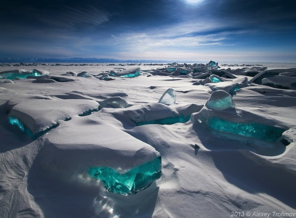 Esquirlas turquesa surgiendo del lago más grande del mundo