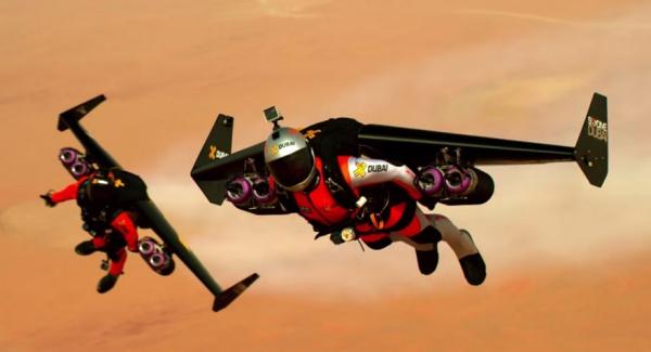 2 hombres con mochilas propulsoras vuelan sobre Dubai