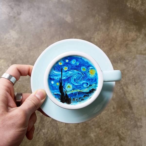 Un barista convierte tazas de café en auténticas obras de arte