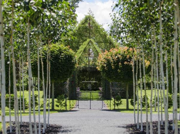 Un hombre construye con árboles una iglesia en cuatro años