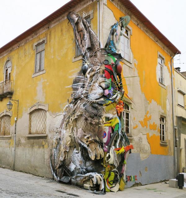 Un conejo gigante hecho de basura en las calles de Portugal