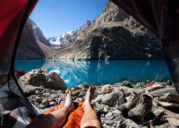 Magníficos paisajes matinales disfrutados desde dentro de una tienda de campaña