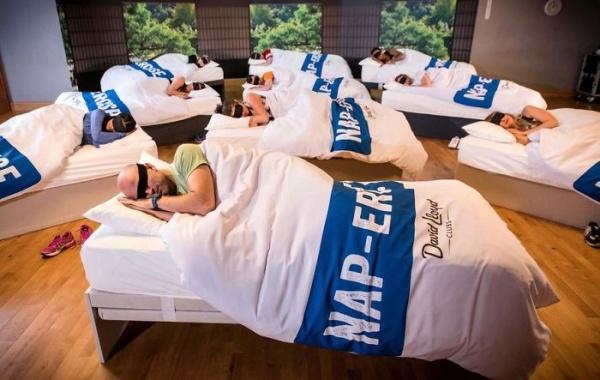 Un gimnasio ofrece clases para dormir la siesta. Así funciona
