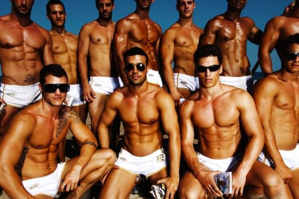 Macho men, chicas en topless y frikis de todo tipo son bienvenidos a la playa de Barcelona