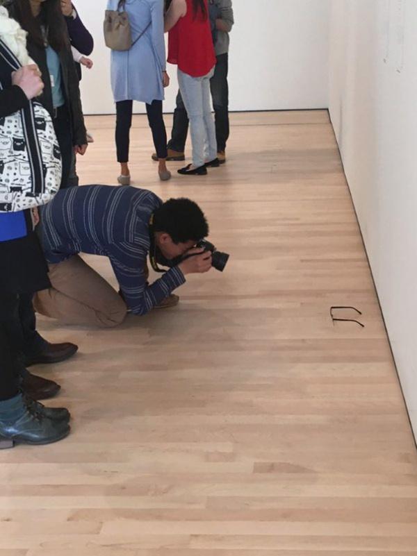 Dejan unas gafas en el suelo de un museo y muchos visitantes piensan que es arte