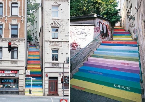 Escalera pintada de arco iris, en Wuppertal