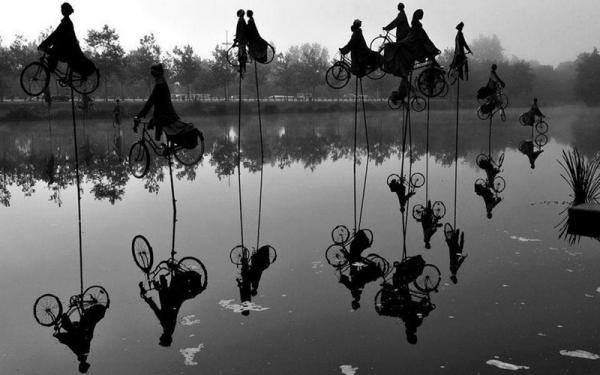 Fascinantes esculturas de ciclistas sobre un canal de Francia