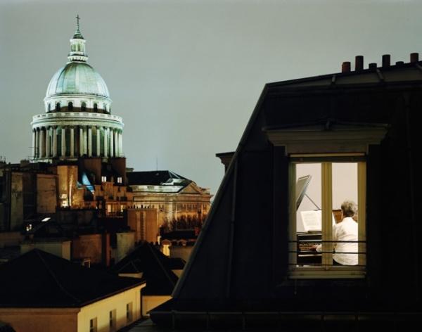 Fotos de skylines y ventanas de apartamentos que captan la soledad de la vida en la ciudad