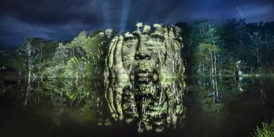 Indígenas de una tribu amazónica proyectados sobre los árboles